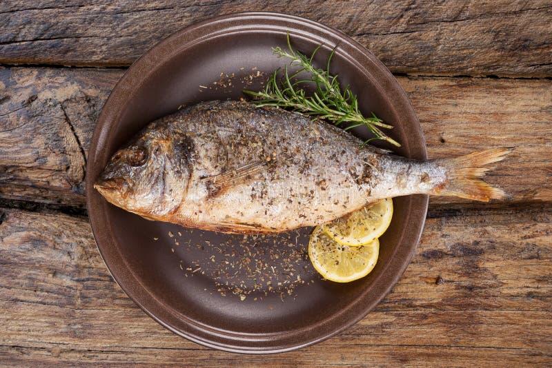 Havs- äta Grillad fisk på plattan från över arkivfoton