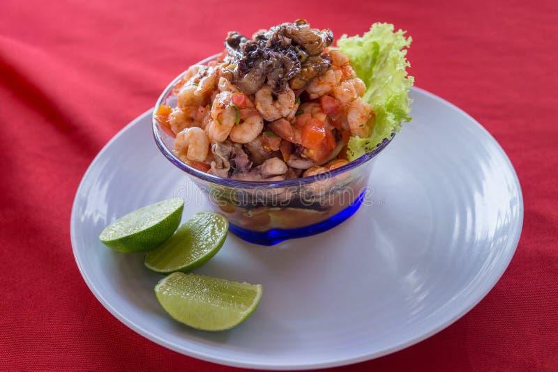 Havs- ceviche, typisk maträtt från Central America, Mexiko, Peru Med räkor och musslor och limefrukt fotografering för bildbyråer
