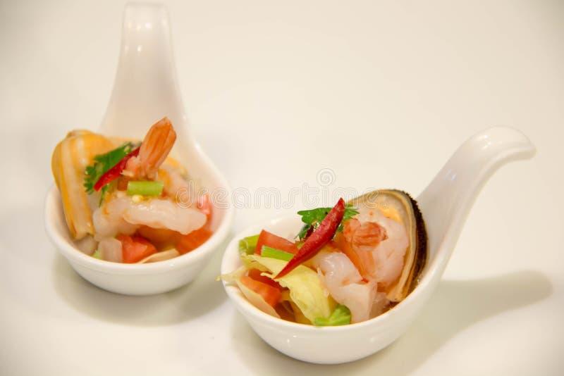Havs- kryddig sallad i den vita skeden royaltyfri foto