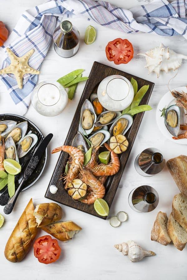 Havs- mellanmål: räka och musslor royaltyfri fotografi