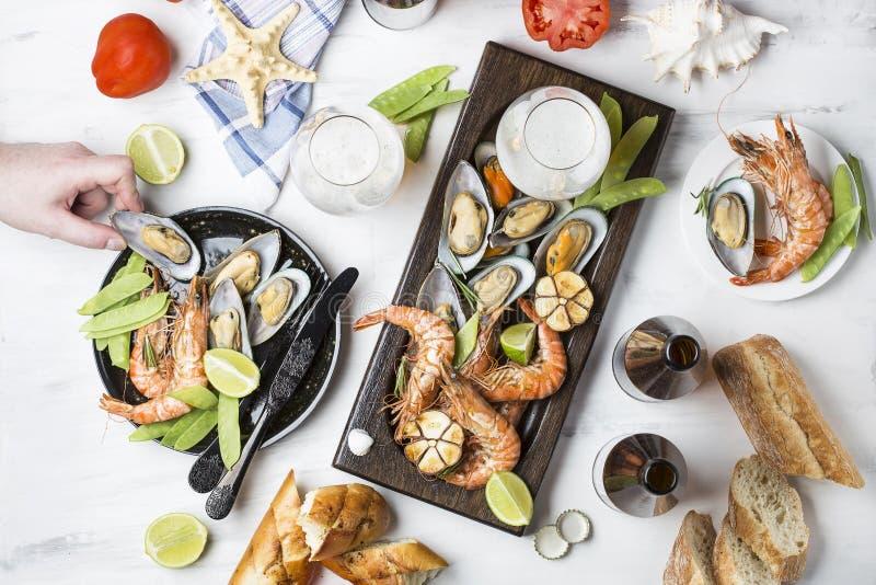 Havs- mellanmål: räka och musslor royaltyfria foton