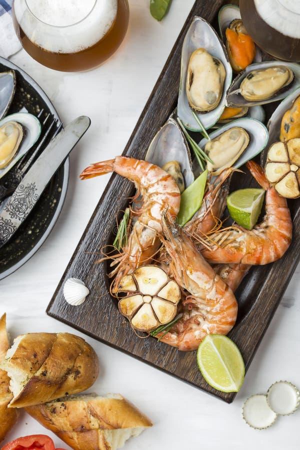 Havs- mellanmål: räka och musslor royaltyfri bild