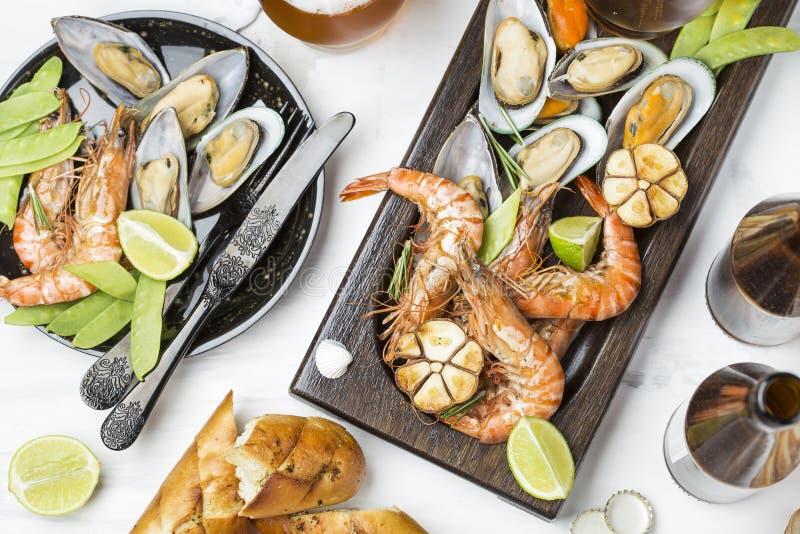 Havs- mellanmål: räka och musslor royaltyfri foto