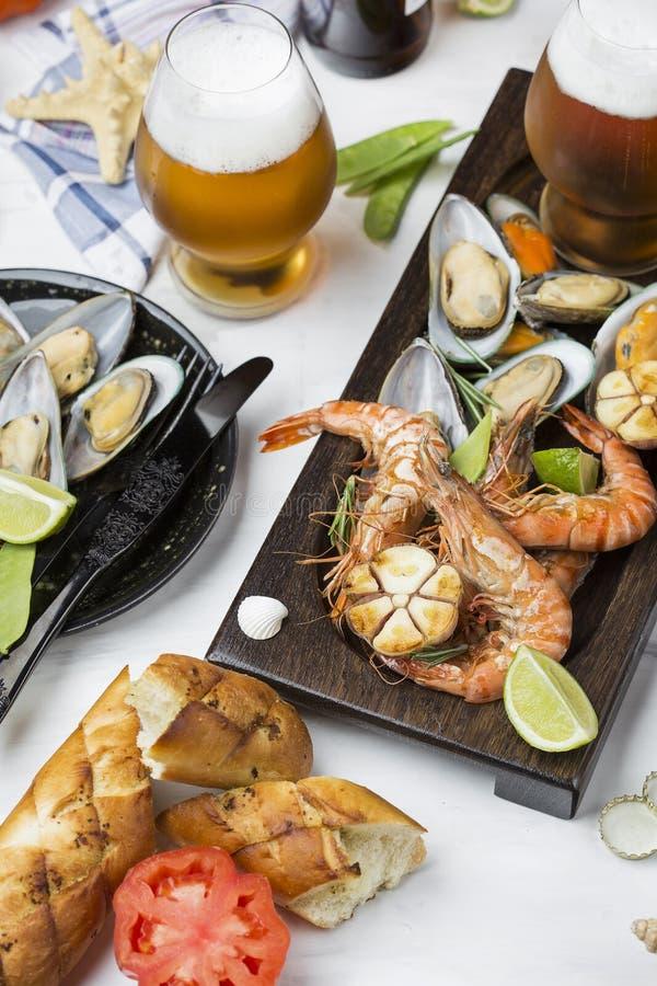 Havs- mellanmål: räka och musslor royaltyfria bilder