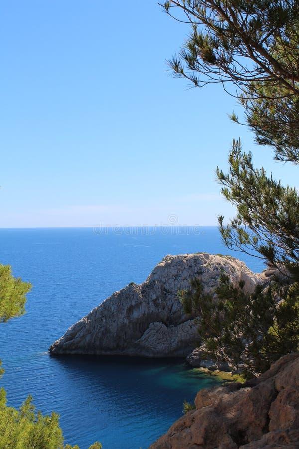 Havs- och bergsikt i norr Mallorca royaltyfri fotografi