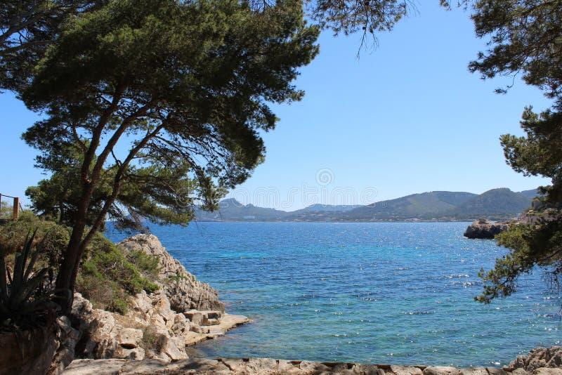 Havs- och bergsikt i norr Mallorca fotografering för bildbyråer