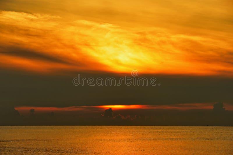Havs- och guldhimmelsoluppgång royaltyfri bild