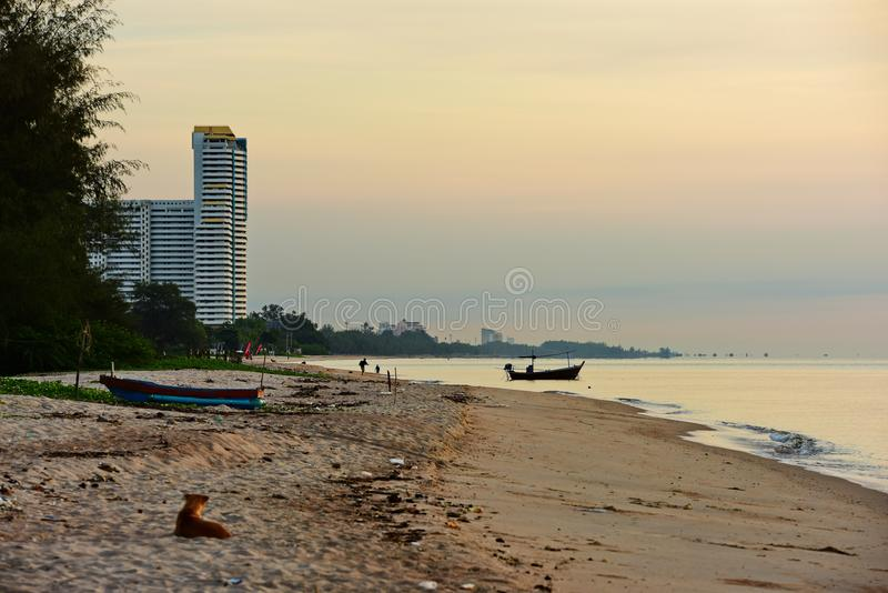 Havs- och guldhimmelsoluppgång royaltyfri fotografi