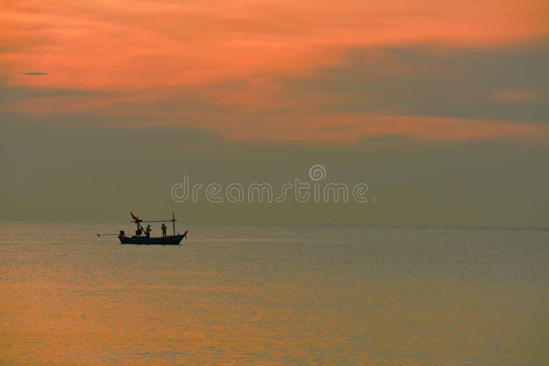 Havs- och guldhimmelsoluppgång royaltyfri foto