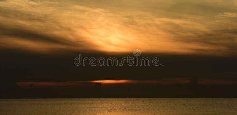 Havs- och guldhimmelsoluppgång royaltyfria foton