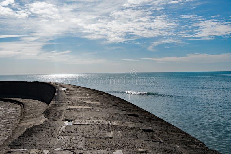 Havs- och himmelsikt från Cobben, Lyme Regis royaltyfria foton