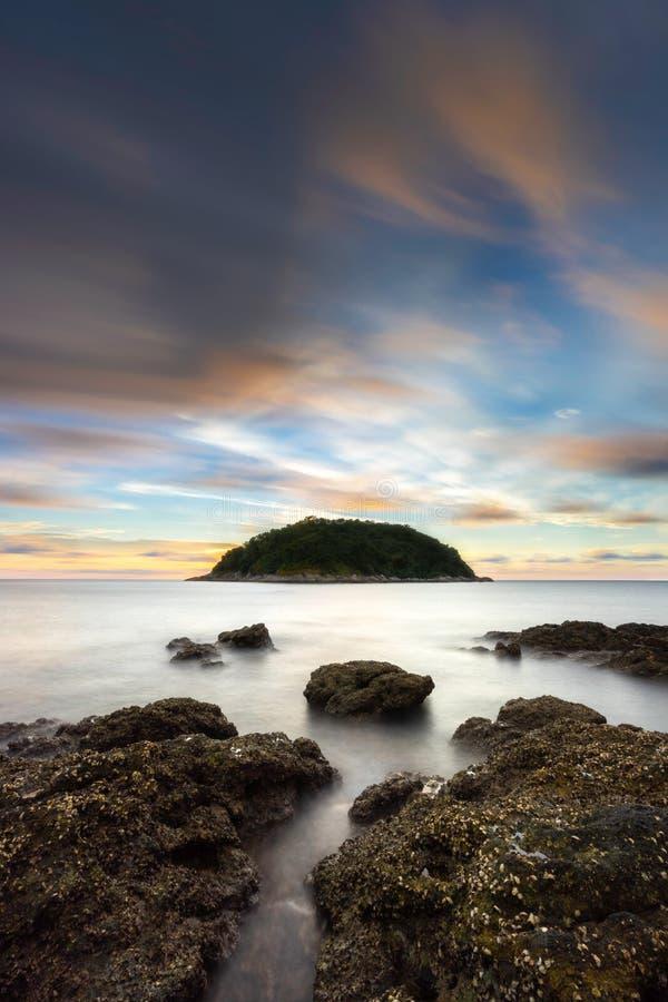 Havs- och stenblockförgrund med lång exponering på den Yanui stranden arkivbilder