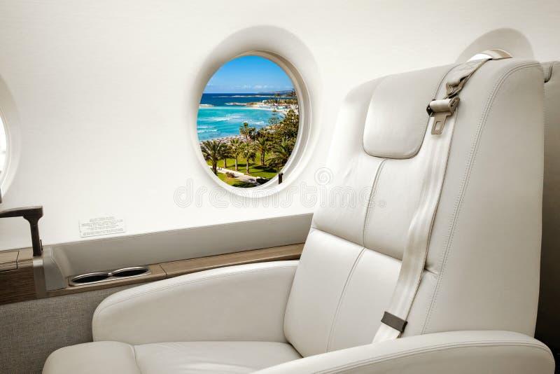 Havs- och strandsikt i flygplanfönster, affärsstrålflyg fotografering för bildbyråer