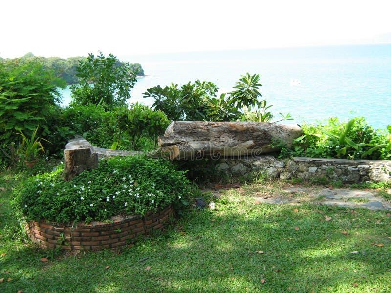 Havs- och trädgårdsikt nära det mysiga strandhotellet i Pattaya Thailand royaltyfri bild