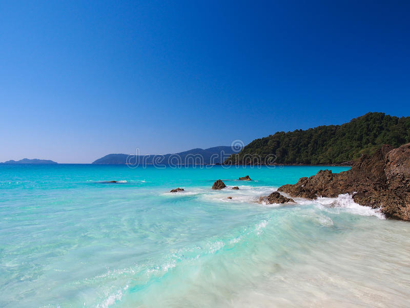 Havs- och vitsand med klar blå himmel royaltyfri bild