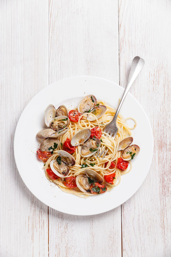 Havs- pasta med musslor i tomatsås fotografering för bildbyråer
