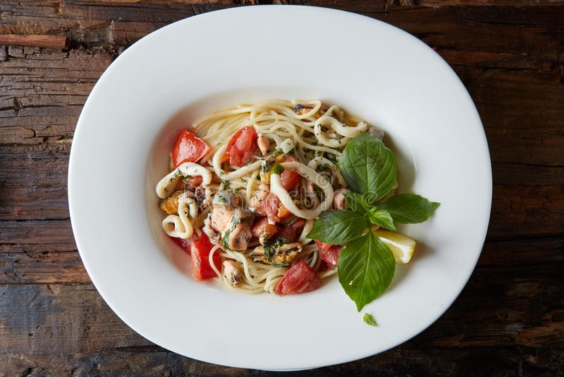 Havs- pastaspagetti med musslor, räkor, havs- coctailslut upp royaltyfri foto