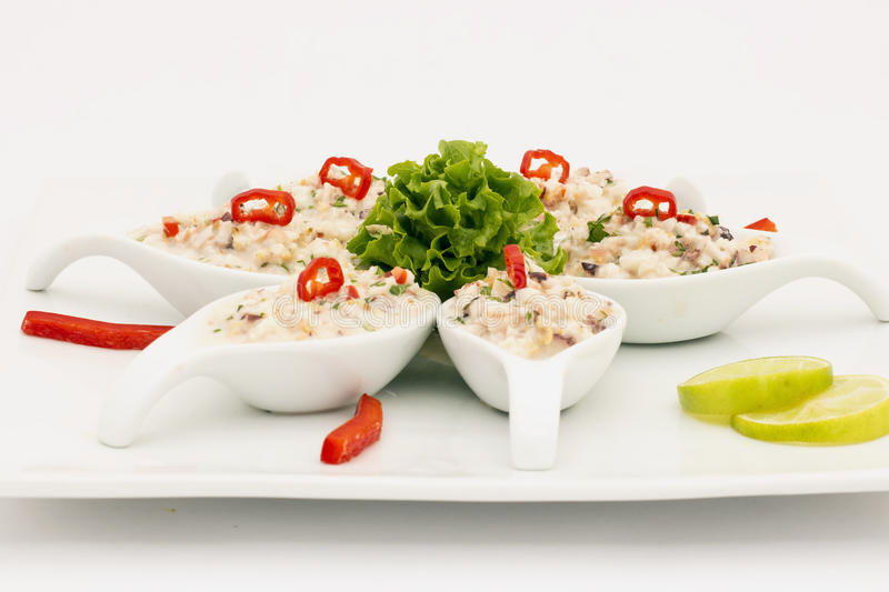 Havs- peruansk maträtt: Pichanga de Mariscos Ceviche stil med vitkräm royaltyfri fotografi