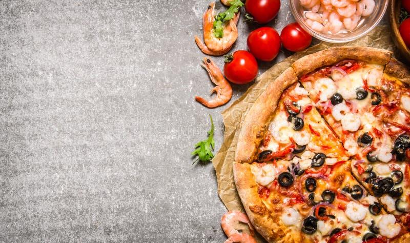 Havs- pizza med räka och tomater På stentabellen arkivfoton