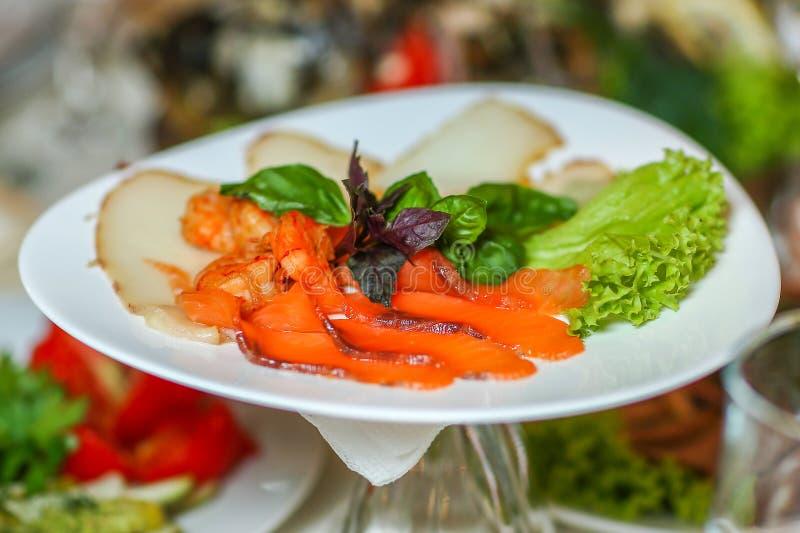 Havs- platta - salt röd och vit fisk med räka, royaltyfria foton