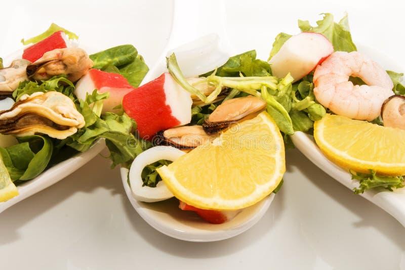 Havs- sallad på skeden för tre porslin royaltyfri foto