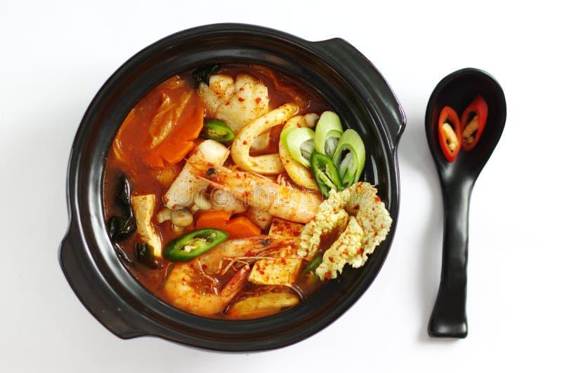 Havs- soppa med riskakan och tofuen, räka, bläckfisk, champinjon arkivfoto