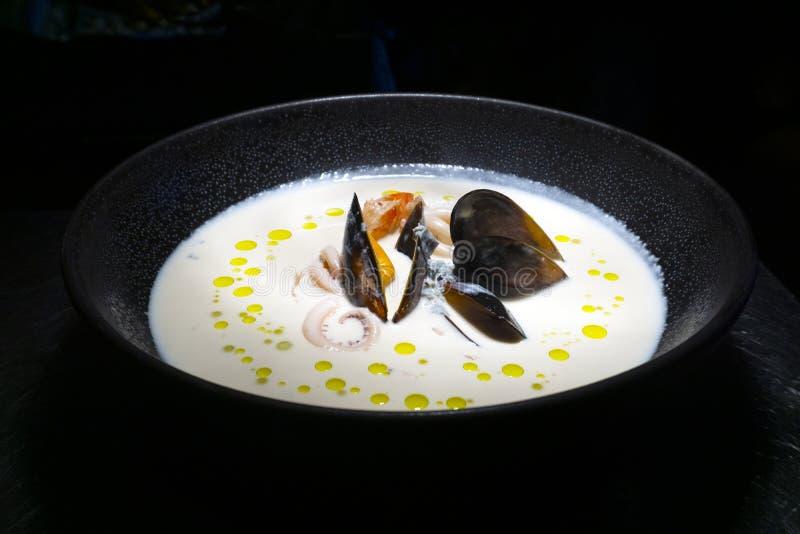 havs- soup Krämig havs- soppa med musslor, räkor och grönsaker royaltyfri fotografi