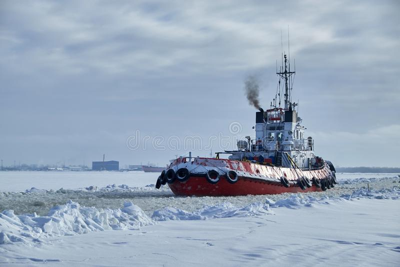 Havsbogserbåt i vinter royaltyfri foto
