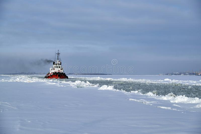 Havsbogserbåt i vinter fotografering för bildbyråer