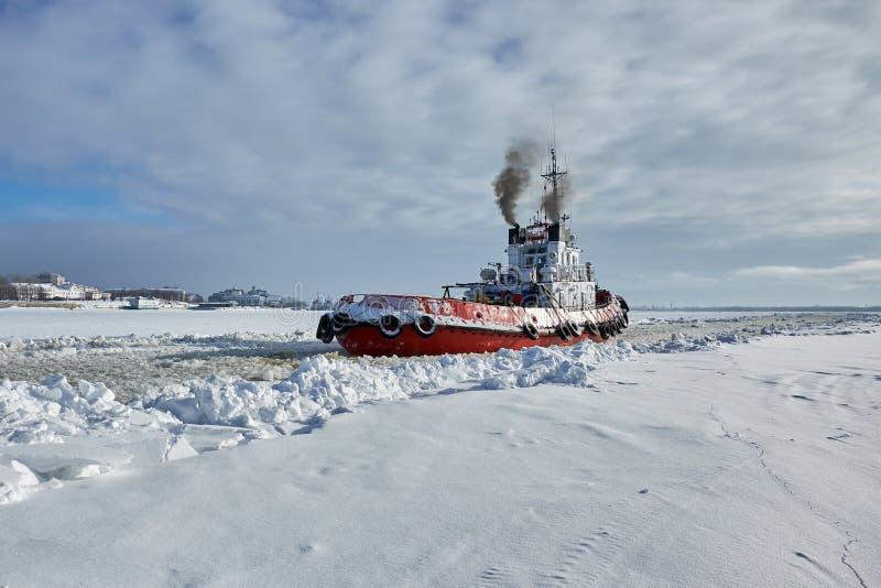 Havsbogserbåt i vinter arkivbilder
