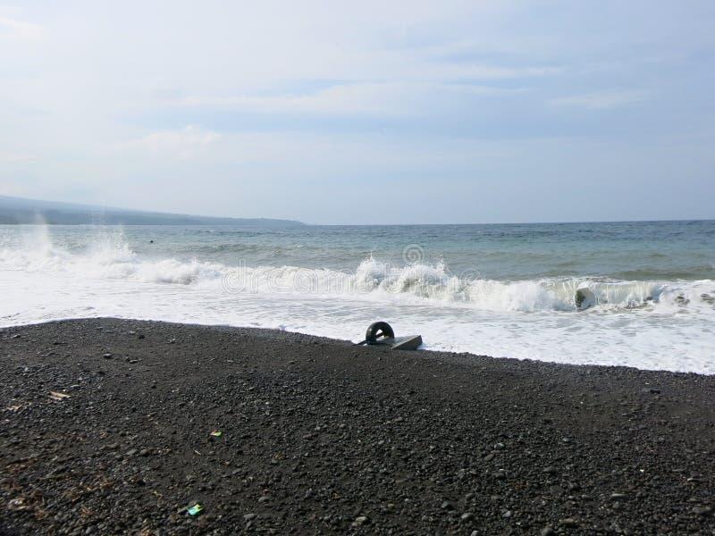 Havsbränning och vågor som kraschar på stranden arkivfoto