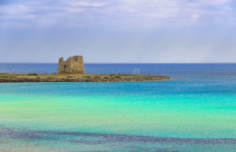 Havsfärger av Italien Apulia kust: Marina di Lizzano strand, Torre Sgarrata watchtower royaltyfria bilder