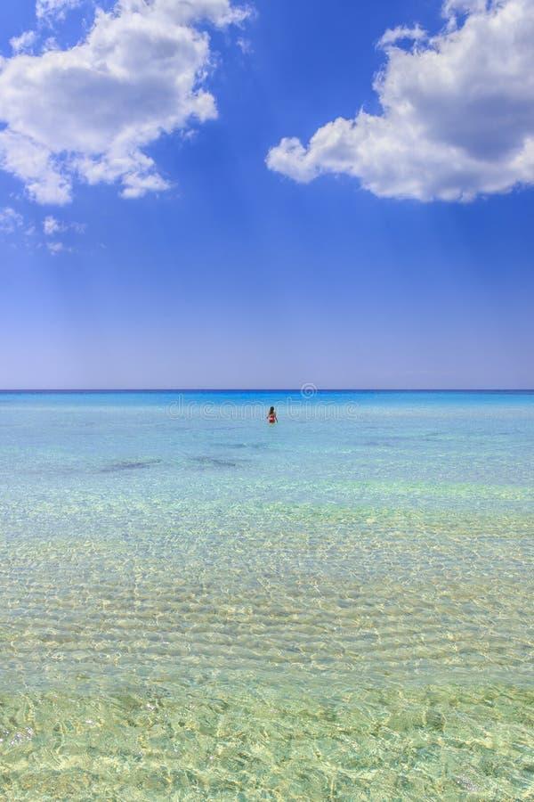 Havsfärger av Italien Sommarseascape, Apulia kust: Marina di Pulsano strand & x28; Taranto& x29; , Lido Silvana fjärd arkivfoto