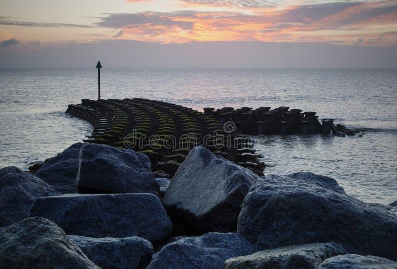Havsförsvar på Ipswich på soluppgång royaltyfri fotografi