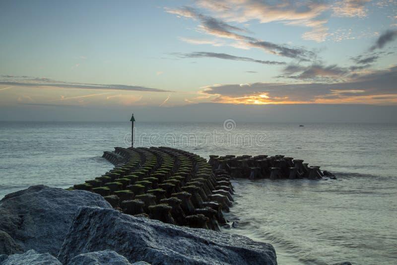 Havsförsvar på Ipswich på soluppgång arkivfoton