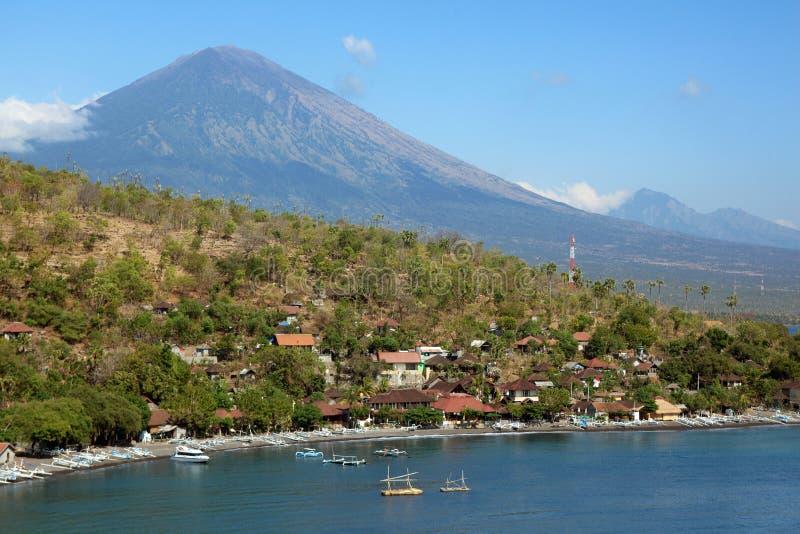 Havsfjärd och den Agung vulkan på ön av Bali royaltyfri fotografi