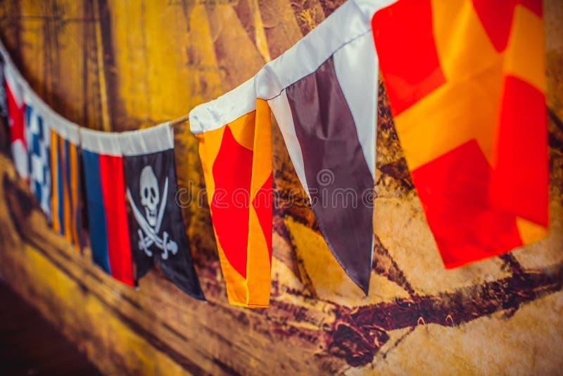 Havsflaggor med piratkopierar att hänga fotografering för bildbyråer