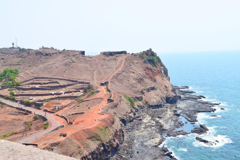 Havsfort - sikt av Arabian Sea och fyren från det Ratnadurg fortet, Ratnagiri, Maharashtra, Indien royaltyfria foton