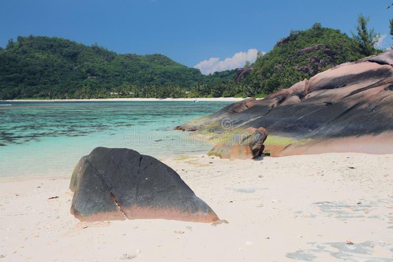Havsgolf i vändkretsar Baie Lazare, Mahe, Seychellerna royaltyfri fotografi