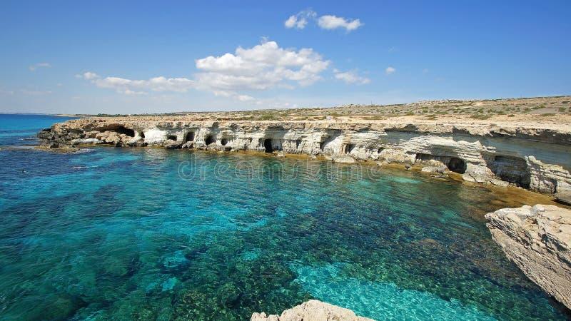 Havsgrottor, Cypern, Europa royaltyfria bilder