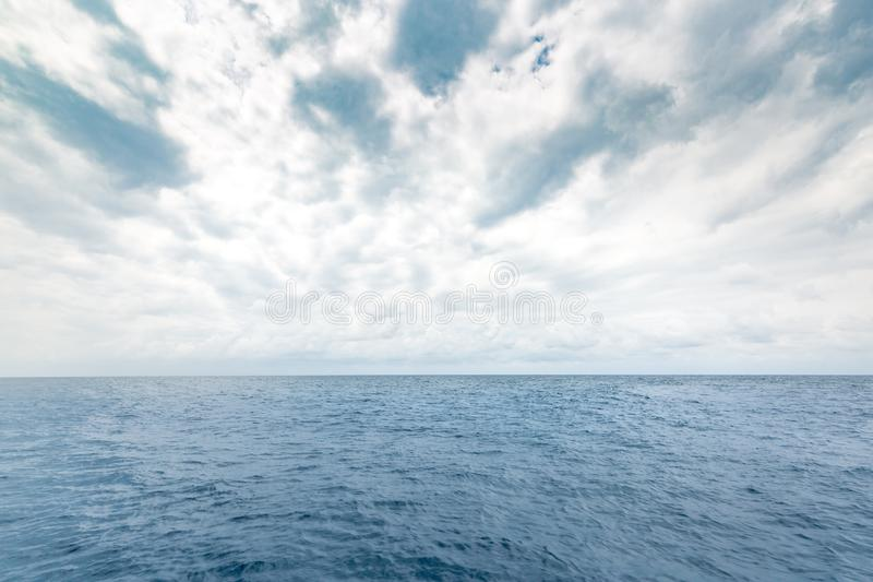 Havshavbegrepp Sikt av det djupblå havet och mulen himmel Ändlös havssikt och horisont Hav värld arkivfoto