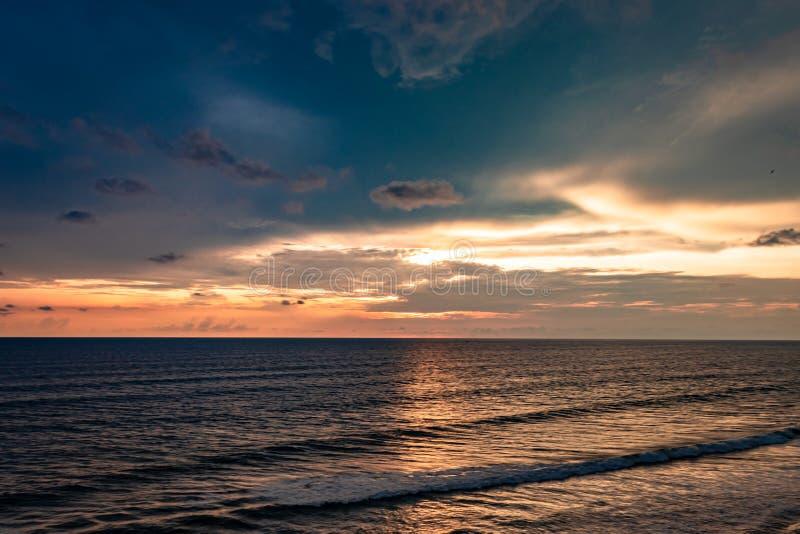 Havshorisont med att förbluffa ljus himmelsikt arkivfoton