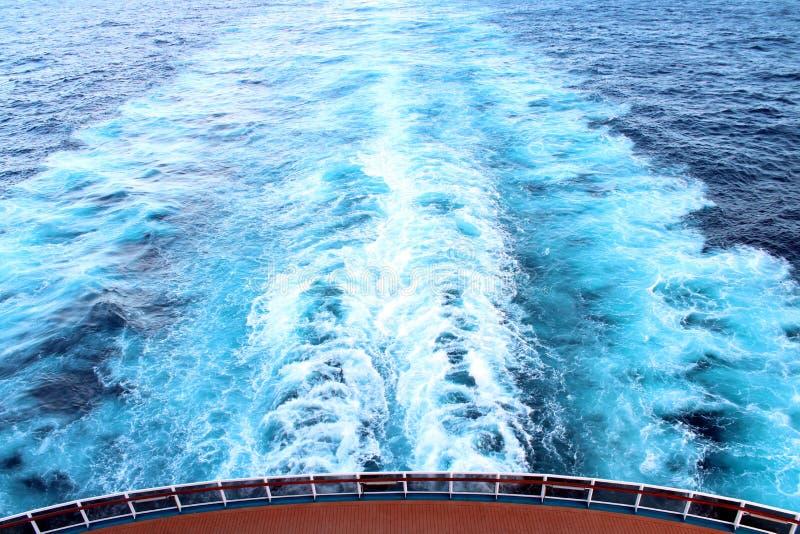 Havsikt från bästa däck av det karibiska kryssningskeppet royaltyfri bild