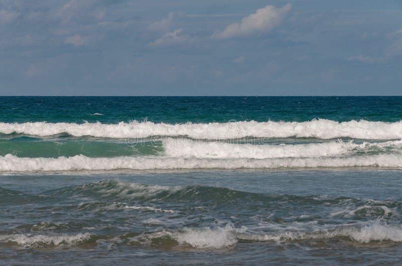 Havsikt med grova vågor och lugna horisont över vatten royaltyfri bild