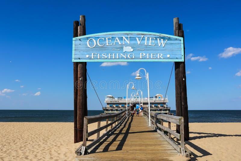 Havsikt som fiskar Pier Entrance Sign i Norfolk, VA arkivfoto