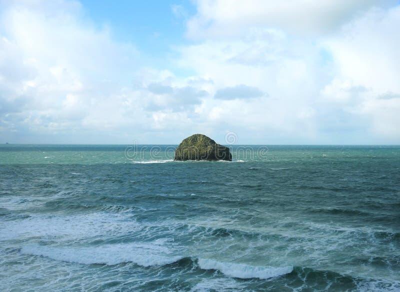 Havsikten från kusten på högvatten på den Trebarwith tråden, norr Cornwall UK arkivbilder
