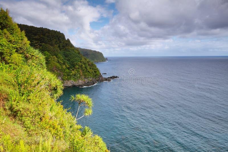 Havsikter och klippor från den Hana huvudvägen royaltyfri foto