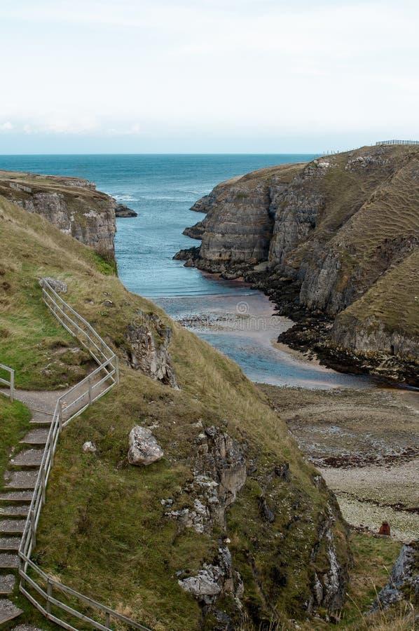 Havsingång till den Smoo grottan, nordliga Skottland royaltyfri fotografi