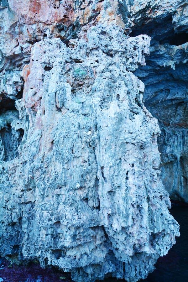 Havsklippa i Sardinia, Italien arkivbild