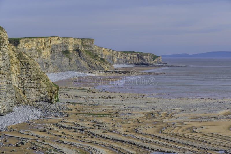 Havsklippa och vågsnittplattform arkivbilder
